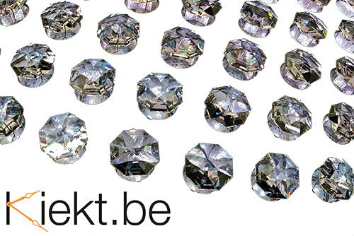 Swarovski steentjes zijn in het horloge gelijmd en de lijm kan soms loslaten. Dan vallen de steentjes eruit.